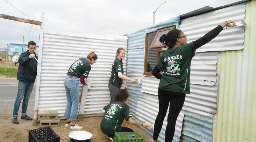 南アフリカ共和国の貧困地域にある教育施設の修繕作業に取り組む高校生ボランティア